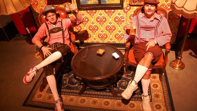 Coen en Sander vieren verjaardag in lederhosen