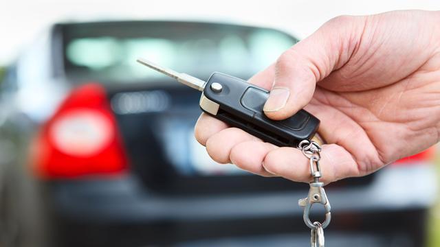 Geparkeerde auto in Engeland ingepakt met vershoudfolie