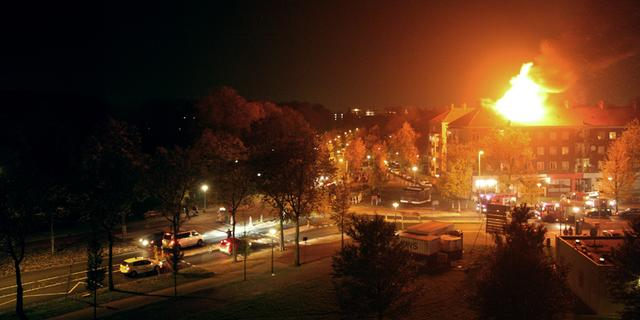 Portiekwoningen Amsterdam ontruimd om zolderbrand