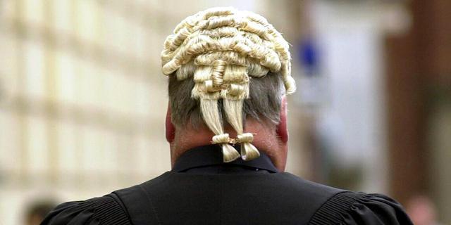 Ierse rechters bezuinigen pruiken weg