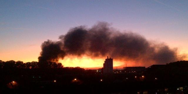 Veel rook bij brand autosloperij Utrecht