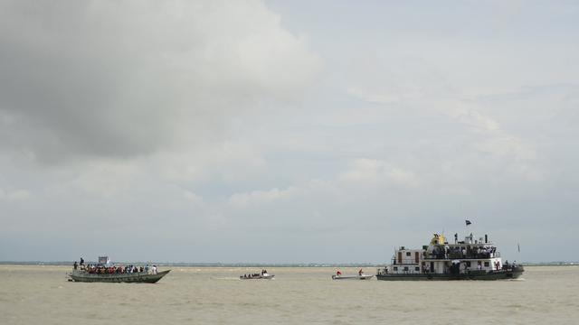 Gezonken veerboot Bangladesh nog spoorloos
