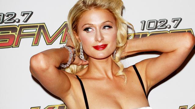 Paris Hilton deelt geld uit in India