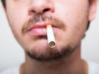 Verband aantal gerookte sigaretten tijdens leven en aantal mutaties in DNA tumor