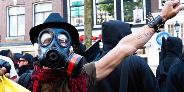 Tientallen krakers bezetten woningen aan Marnixstraat
