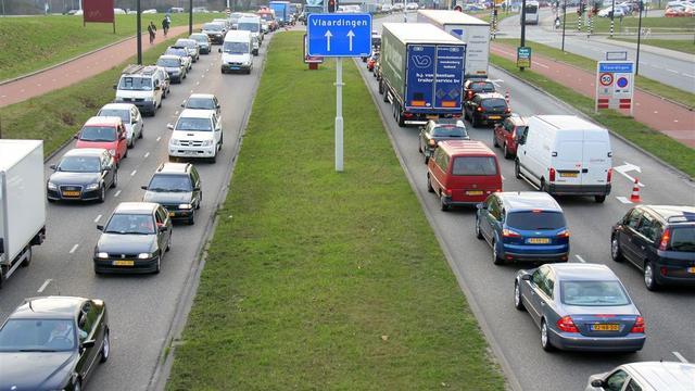 Lange tijd file bij Rotterdam door gekantelde auto bij Beneluxtunnel
