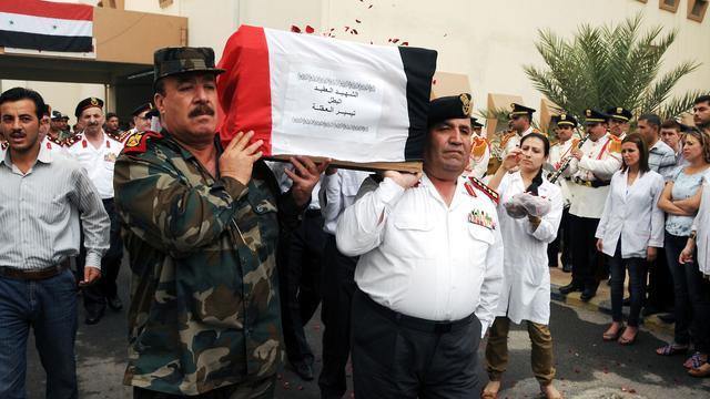 Syrische militairen schieten op betogers