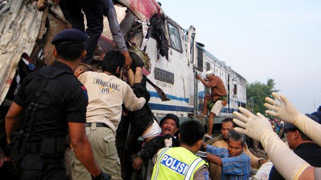 Zeker één Nederlandse dode bij busongeval Java