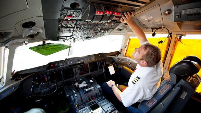 Piloot slaat tijdens vlucht wc-deur in met bijl om dronken passagier
