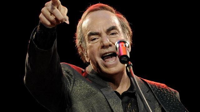 Neil Diamond geeft fan tongzoen tijdens concert
