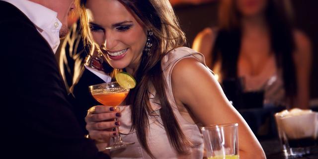 'Vrouwen flirten het snelst met barmedewerkers'