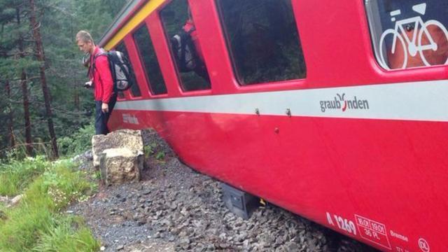 Trein ontspoort op berghelling Zwitserland