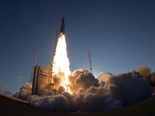 De raket moet twee satellieten voor telecom in een baan rond de aarde brengen
