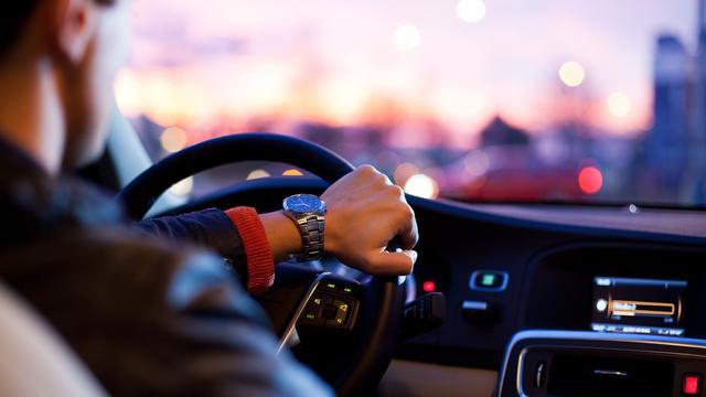 Man rijdt twee keer zo veel kilometers naar werk als vrouw