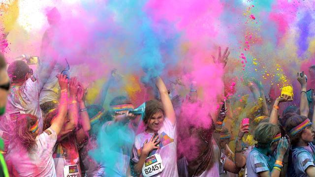 Deelnemers Color Run Leeuwarden krijgen kleur niet uit haar