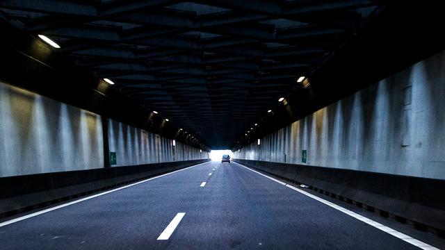 Velsertunnel korte tijd dicht door ongeluk busje