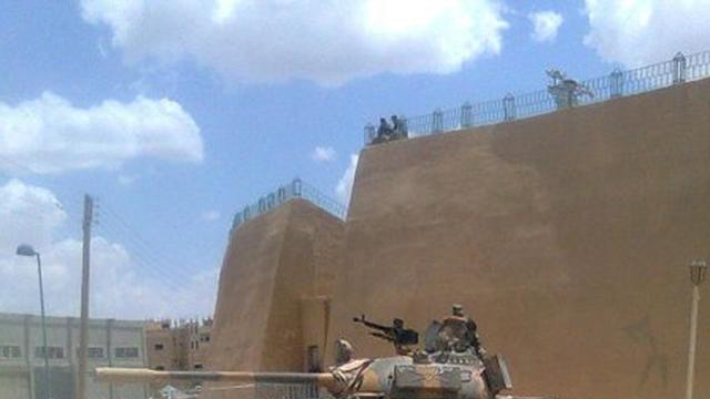 Tanks bestormen Deir al-Zor