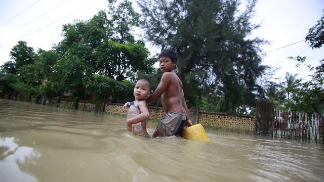 Tienduizenden op de vlucht voor water Myanmar