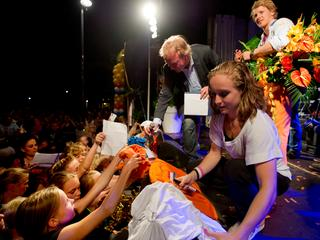 De olympisch kampioen op de rekstok wordt tot ereburger benoemd. Ook Van Gerner wordt in het zonnetje gezet.