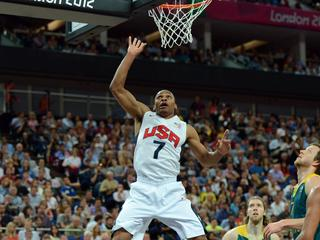 De NBA-sterren halen de halve finale met een 119-86 zege. De favorieten moeten nu tegen Argentinië.