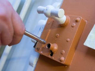 Inspecteurs keuren cellen zonder daglicht in nieuw complex Apeldoorn af
