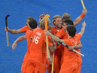 Oranje plaatst zich voor de olympische finale door het gastland met 9-2 te verslaan. Duitsland is zaterdag de tegenstander in Londen.