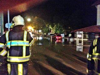 Een hoogwatergolf sleurde auto's mee en veroorzaakte veel schade