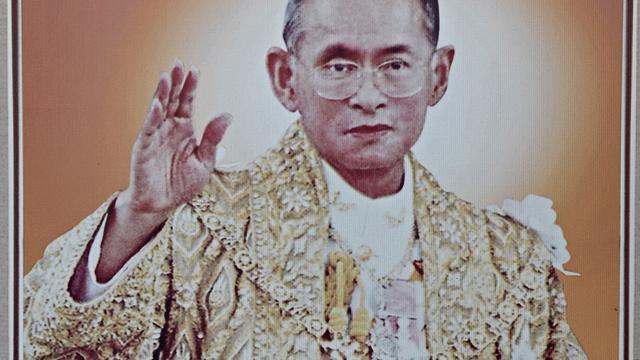 Nieuwe regels voor autostoet Thaise koning