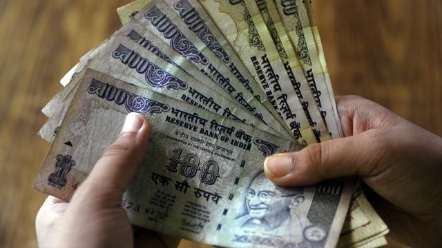 Val Indiase munt zet door