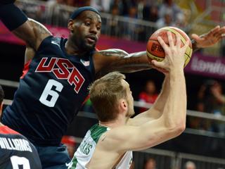 De basketballers uit de VS winnen nipt, met 99-94. LeBron James maakt belangrijke scores in de slotfase.