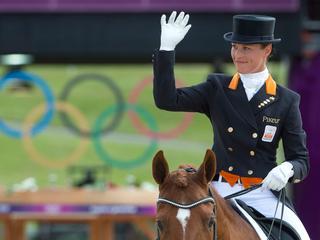 Adelinde Cornelissen zet de tweede score neer, achter de Britse Charlotte Dujardin.