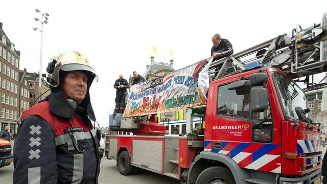 Werklozen helpen de brandweer in Amsterdam