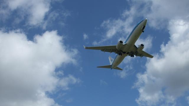 Vliegtuig keert terug na vondst mes