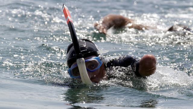 Fransman zonder ledematen zwemt over Rode Zee