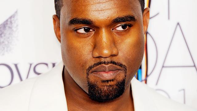 Auto Kanye West botst tegen hek