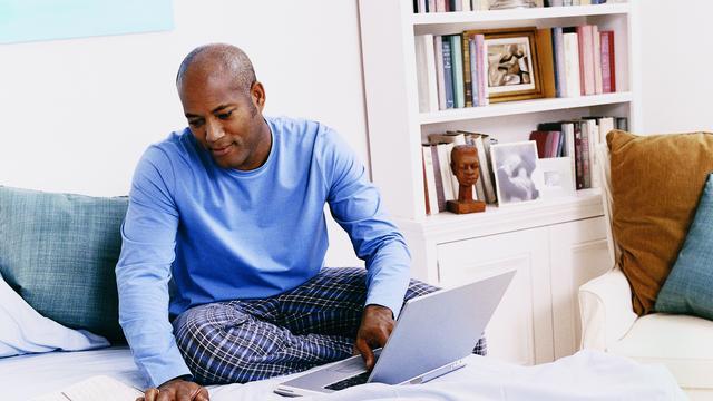 Vier op tien thuiswerkers kijkt tv onder werk