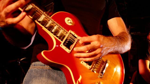 Man speelt gitaar tijdens eigen hersenoperatie