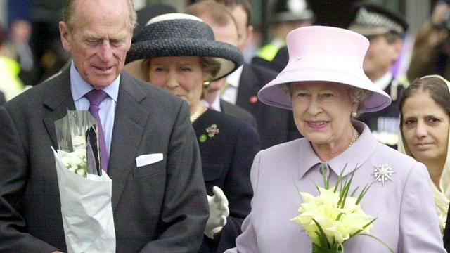 Prins Philip aan beterende hand