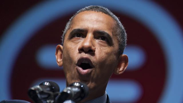 Slecht weer drijft Obama uit groot stadion