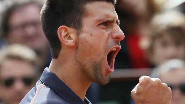 Djokovic en Federer met moeite naar kwartfinales