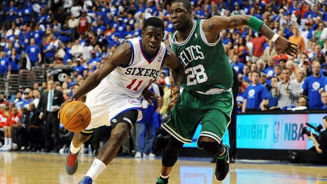 Philadelphia 76ers naast Boston Celtics in NBA