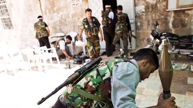 'Rebellen nemen paleis Assad onder vuur'