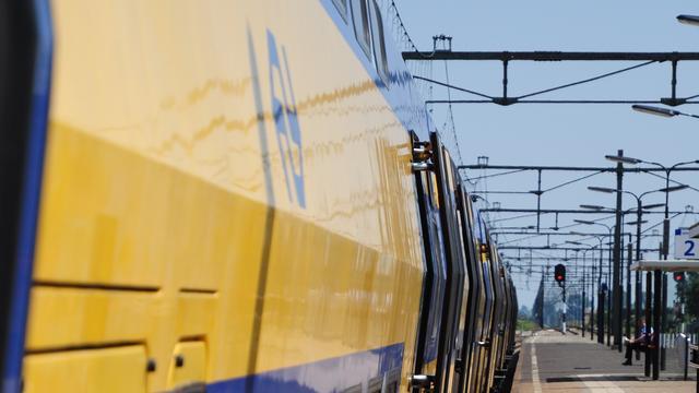 Vrouw bekneld tussen perron en trein