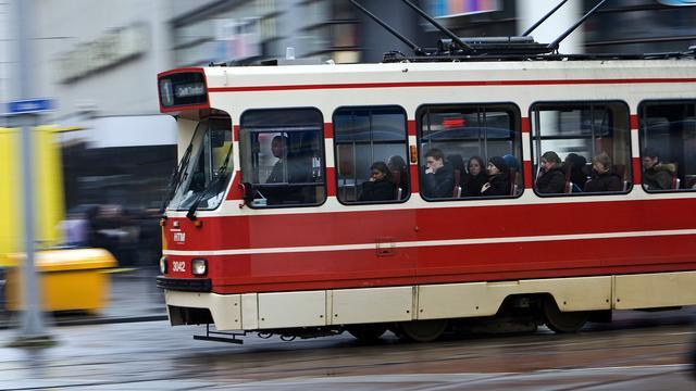 Vrouw rijdt tramtunnel Den Haag in
