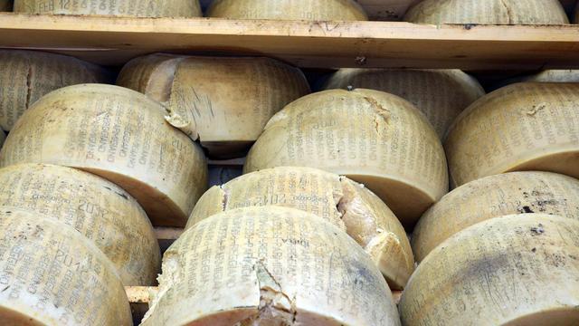 Fabrikanten Parma smelten tienduizenden kapotte kazen