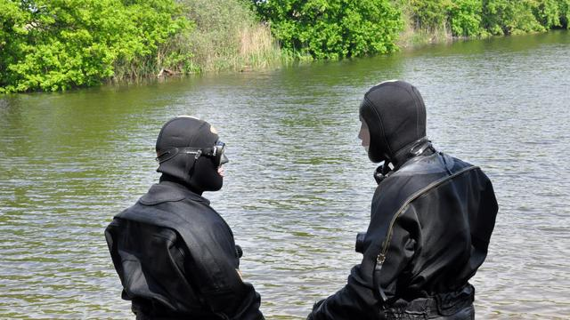 Duikers vinden deel vuurwapen in Hoekenesgracht