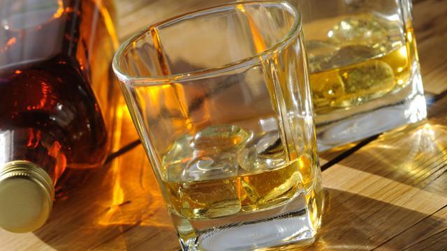 Naakte Australiër trotseert krokodillen voor whisky