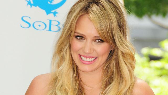 Hoogzwangere Hilary Duff duikt studio in
