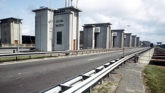 Verkeer vast door defecte brug Afsluitdijk