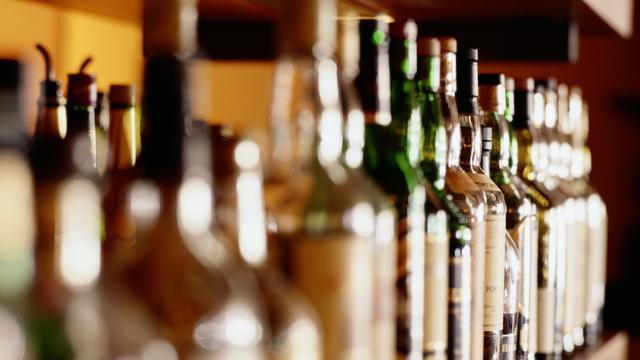 Mentaal uitgeputte man drinkt vier keer meer dan vrouw